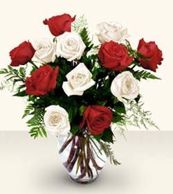 Afyon uluslararası çiçek gönderme  6 adet kirmizi 6 adet beyaz gül cam içerisinde