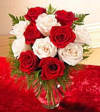Afyon uluslararası çiçek gönderme  5 adet kirmizi 5 adet beyaz gül cam vazoda