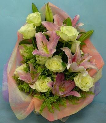 11 adet gül ve 2 adet kazablanka buketi  Afyon internetten çiçek satışı