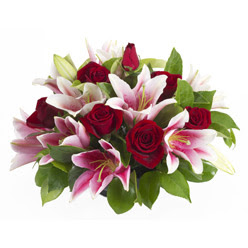 güller ve kazablnaklardan aranjman  Afyon anneler günü çiçek yolla