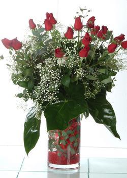 Afyon güvenli kaliteli hızlı çiçek  11 adet kirmizi gül ve cam yada mika vazo tanzim