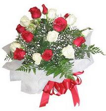 Afyon çiçek , çiçekçi , çiçekçilik  12 adet kirmizi ve beyaz güller buket