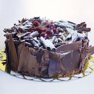 pasta yolla 4 ile 6 kisilik visneli çikolatali yas pasta  Afyon çiçek siparişi sitesi