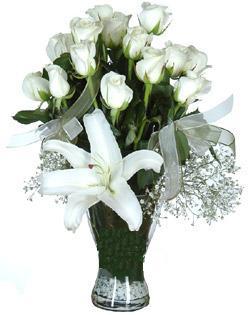 cam içerisinde 11 beyaz gül ve 1 kazablanka  Afyon çiçek siparişi sitesi