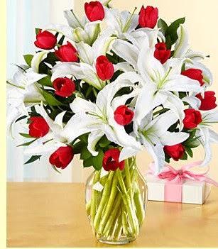 Afyon çiçek siparişi sitesi  3 kazablanka 10 kırmızı gül vazosu