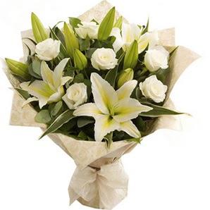 Afyon anneler günü çiçek yolla  3 dal kazablanka ve 7 adet beyaz gül buketi