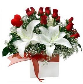 Afyon çiçekçi mağazası  1 dal kazablanka 11 adet kırmızı gül vazosu