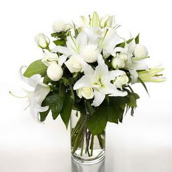 Afyon çiçek gönderme sitemiz güvenlidir  1 dal cazablanca 7 adet beyaz gül vazosu