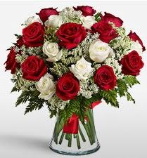 Vazoda 12 kırmızı 12 beyaz gül tanzimi  Afyon uluslararası çiçek gönderme