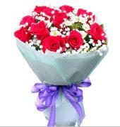 12 adet kırmızı gül ve beyaz kır çiçekleri  Afyon çiçekçi mağazası