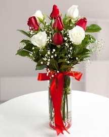5 kırmızı 4 beyaz gül vazoda  Afyon cicekciler , cicek siparisi